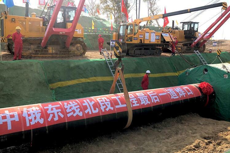 Công nhân làm việc tại công trường xây dựng đường ống dẫn khí trong dự án hợp tác của Nga và Trung Quốc ở thành phố Hắc Hà, Trung Quốc hôm 16/10. Ảnh: Reuters.