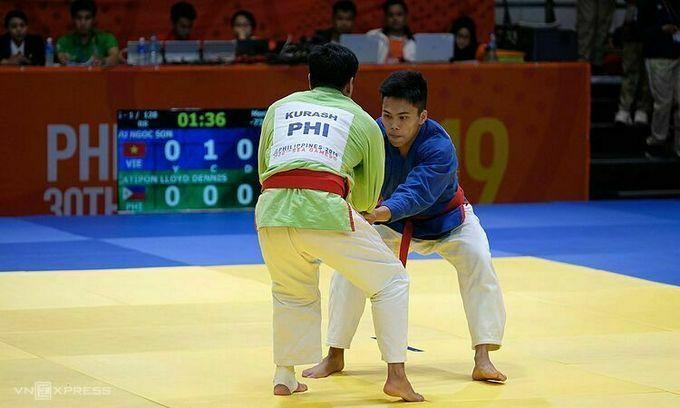 Ngọc Sơn (áo xanh dương) thi đấu trận cuối với Catipon ở môn kurash. Ảnh: Quang Huy.