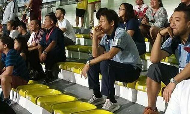 HLV Nishino xem trận đấu giữa Việt Nam và Indonesia. Ảnh: Goal.