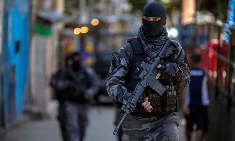 Thành viên đơn vị đặc biệt quân cảnh Brazil tuần tra tại khu ổ chuột ởRio de Janeiro hồi tháng 4. Photo: AFP.