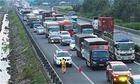 Xe cấp cứu kêu cứu vì bị chiếm làn khẩn cấp - nỗi xấu hổ cao tốc - ảnh 2