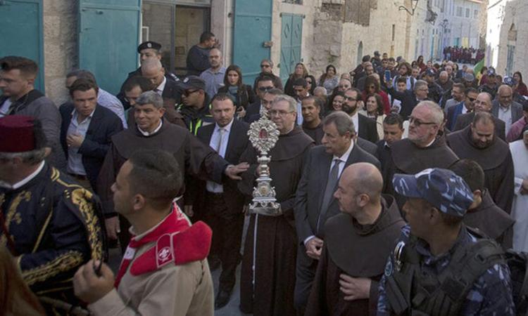 Lễ rước đưa Thánh tích về Nhà thờ Giáng sinh ở Thánh địa Bethlehem hôm 30/11. Ảnh: AP.