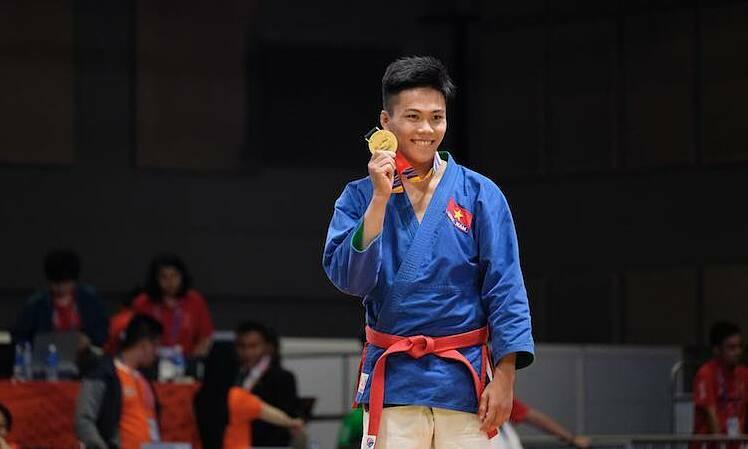 Ngọc Sơn tươi cười khi nhận HC Vàng. Ảnh: Quang Huy.