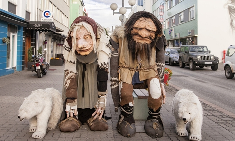 Hình nộm Gryla (trái) và người chồng Leppaludi trên đường phố Iceland. Ảnh: lorenzotaccioli.