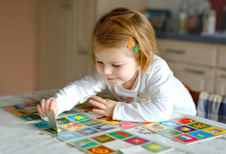 Trò chơi xếp hình giúp trẻ rèn luyện sự tập trung. Ảnh: Shutterstock.