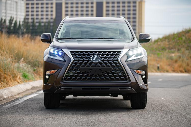 Dưới LX 570, Lexus cung cấp SUV hạng sang 7 chỗ GX 460. Ở phiên bản mới, GX 460 được nâng cấp theo ngôn ngữ thiết kế mới của Lexus. Lưới tản nhiệt hình con suốt đặc trưng. Cụm đèn chiếu sáng trước thiết kế lại với ba thấu kính LED.