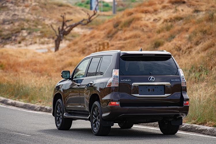 Lexus GX 460 sử dụng động cơ xăng V8, công nghệ Dual VVT-I dung tích 4.6 nạp khí tự nhiên. Công suất tối đa 292 mã lực. Sức kéo 438Nm. Hộp số tự động 6 cấp và hệ dẫn động 4WD.Nội thất vật liệu da và gỗ với cấu hình 7 chỗ ngồi. Xe sử dụng hệ thống âm thanh 17 loa Mark Levinson kèm hai màn hình giải trí cho hàng ghế phía sau. Màn hình giải trí trung tâm kích thước lớn.