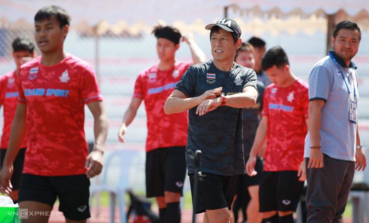 HLV Akira Nishino ra hiệu đến giờ Thái Lan tập luyện. Việt Nam dừng tập lúc 9h59, một phút trước khi hết giờ. Ảnh: Lâm Thoả