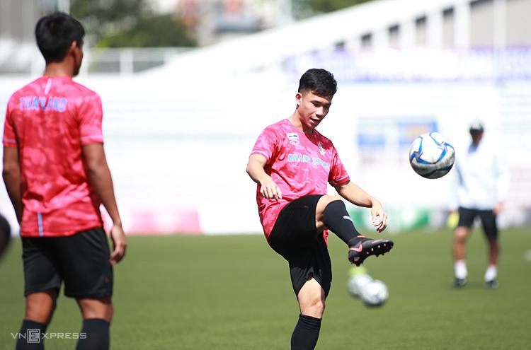 Cầu thủ chạy cánh Supachok tập trên sân Rizal Memorial sáng 3/12. Ảnh: Lâm Thoả