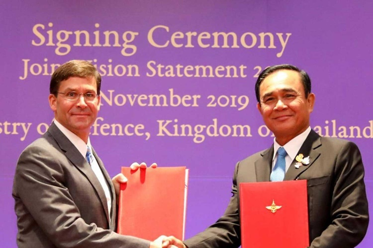 Thủ tướng Thái Lan Prayut Chan-o-cha (phải) và Bộ trưởng Quốc phòng Mỹ Mark Esper tại lễ ký kết Tuyên bố Tầm nhìn chung Mỹ - Thái Lan 2020 ở Bangkok hồi tháng trước. Ảnh: Bangkok Post.