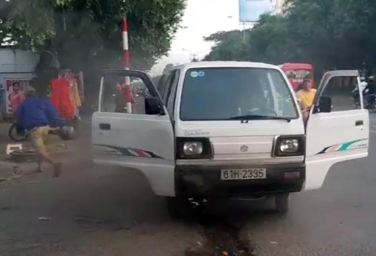 Khói bốc mù mịt ôtô đưa đón học sinh đến trường. Ảnh: Hoàng Trường