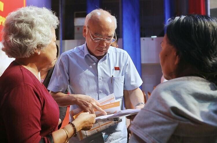 Người dân Thủ Thiêm tiếp tục gửi đơn thư kiến nghị đến các đại biểu Quốc hội sau buổi tiếp xúc. Ảnh: Quỳnh Trần