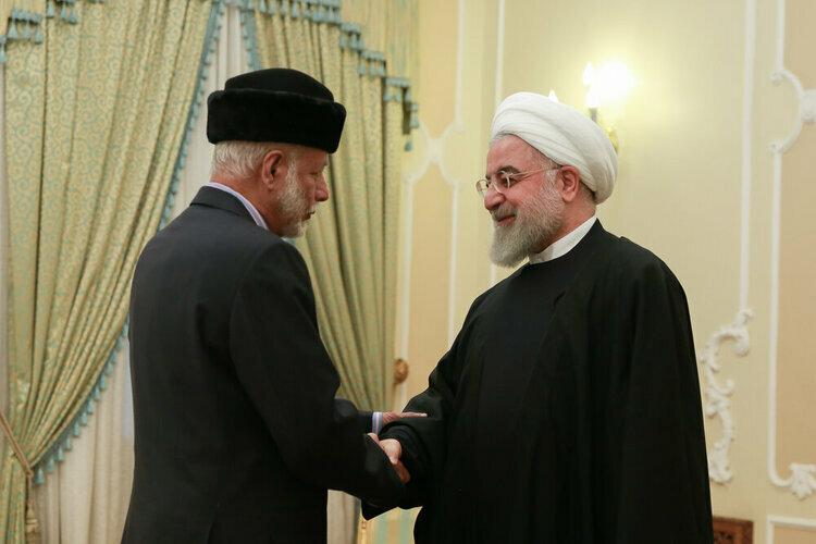 Tổng thống Iran Hassan Rouhani (phải) bắt tay với Bộ trưởng Ngoại giao Oman Yusyf bin Alawi tại thủ đô Tehran hôm qua. Ảnh: Tehran Times.