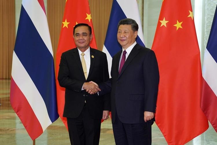 Chủ tịch Trung Quốc Tập Cận Bình (phải) và Thủ tướng Thái Lan Prayut Chan-o-cha trong cuộc gặp tại Bắc Kinh hồi tháng 4. Ảnh: Reuters.