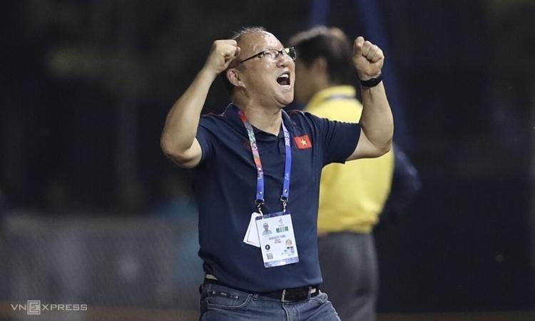 HLV Park Hang-seo sung sướng sau khi Tiến Linh hoàn tất cú đúp. Ảnh: Đức Đồng.