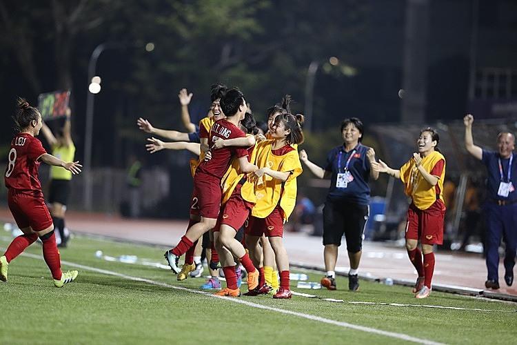 Cầu thủ Việt Nam mừng bàn ấn định tỷ số của Tuyết Dung. Ảnh: Đức Đồng.