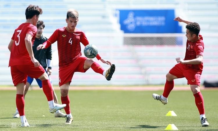 Chỉ có sáu cầu thủ Việt NAm tập luyện trong buổi tập cuối trước ngày đấu Thái Lan. Ảnh: Lâm Thỏa.
