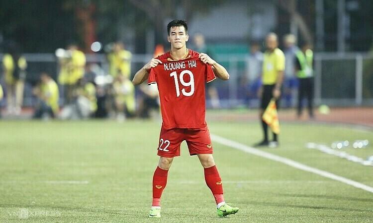 Tiến Linh tri ân Quang Hải sau khi ghi bàn gỡ hòa 2-2 phút 60. Ảnh: Đức Đồng.