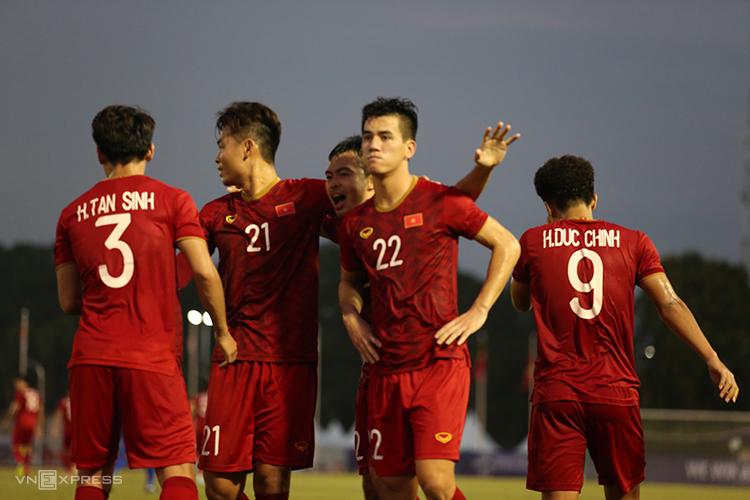 Tiến Linh (số 22) lạnh lùng mừng bàn gỡ hòa 2-2 ở trận đấu với Thái Lan. Ảnh: Lâm Thỏa.