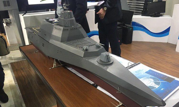 Mô hình khu trục hạm tàng hình Đề án Hormuz của Iran tại triển làm ngày 28/11. Ảnh: Tasnim.