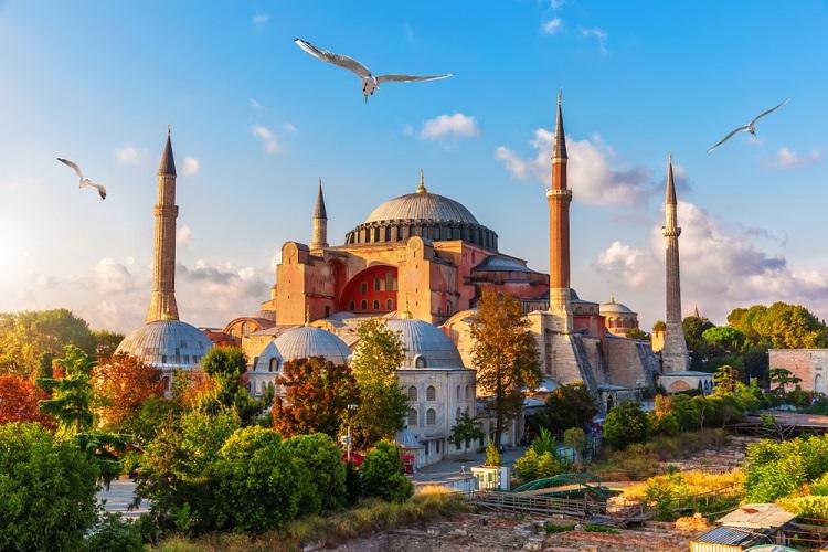 Thánh đường Hagia Sophia ở thành phố lớn nhất Thổ Nhĩ Kỳ. Ảnh: Shutterstock