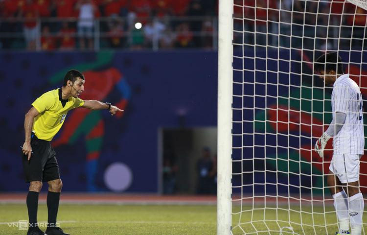 Trọng tài Ramaswwamy nhắc nhở thủ thành Nont Muangnam vì di chuyển trước khi cầu thủ Việt Nam đá 11m. Ảnh: Lâm Thoả