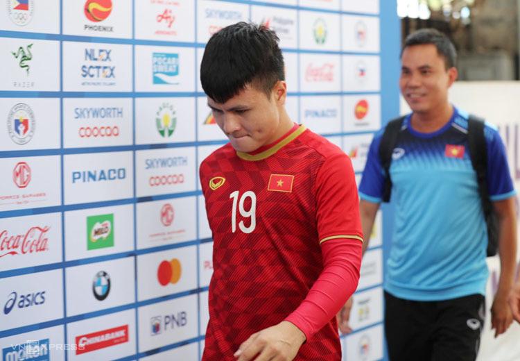 Quang Hải cùng U22 Việt Nam ra sân Rizai Memorial tập sáng 6/12. Ảnh: Đức Đồng