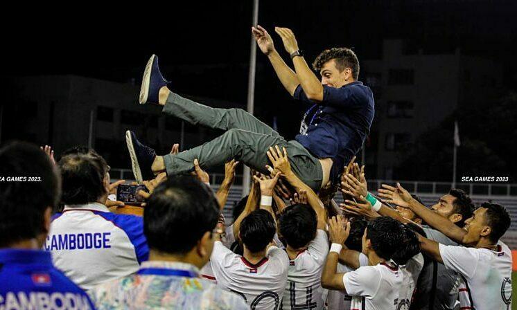 HLV Felix được học trò tung hô sau khi giúp Campuchia làm nên lịch sử ở SEA Games. Ảnh: CFF.