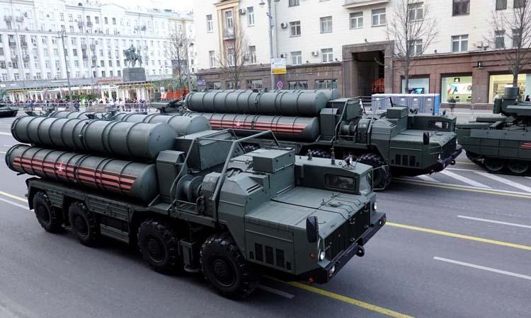 Tổ hợp phòng không tầm xa S-400 tại trung tâm thủ đô Moskva, Nga hôm 29/4. Ảnh: Reuters.