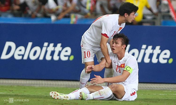 Quế Ngọc Hải ngồi thụp xuống đất và phải nhờ Công Phượng đỡ dậy sau khi thua Myanmar ở SEA Games 2015. Ảnh: Đức Đồng.
