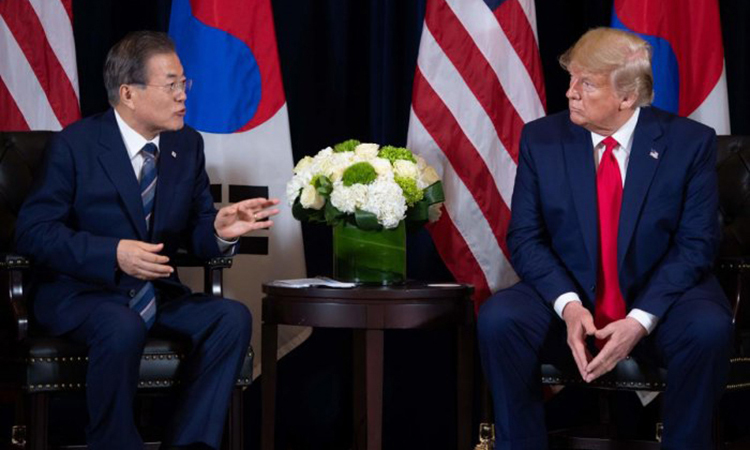 Tổng thống Hàn Quốc Moon Jae-in (trái) và Tổng thống Mỹ Trump tại một cuộc họp bên lề Đại hội đồng LHQ ngày 23/9 ở New York, Mỹ. Ảnh: AFP.