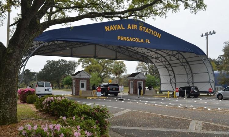 Lối vào căn cứ Pensacola. Ảnh: Reuters.