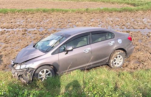 Ôtô hiệu Honda lao xuống ruộng. Ảnh: Đ.H
