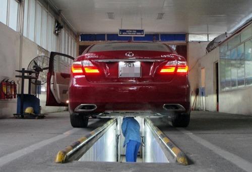 Kiểm định xe ở một trung tâm đăng kiểm Hà Nội. Ảnh: Bá Đô.