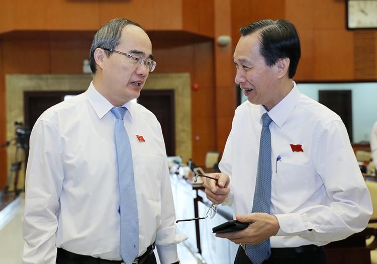Bí thư Thành uỷ Nguyễn Thiện Nhân trao đổi với Phó chủ tịch Thường trực UBND Lê Thanh Liêm tại hội nghị. Ảnh: Quỳnh Trần.
