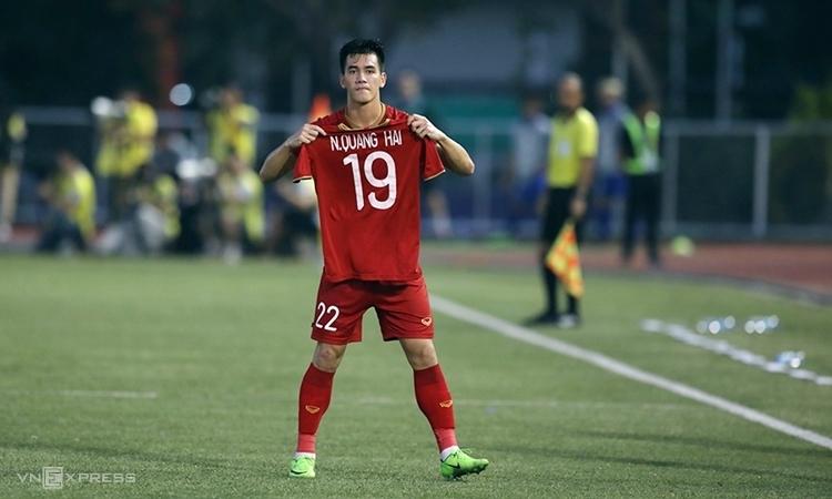 Tiến Linh giơ áo đấu của Quang Hải sau kh ghi bàn vào lưới Thái Lan. Ảnh: Đức Đồng.