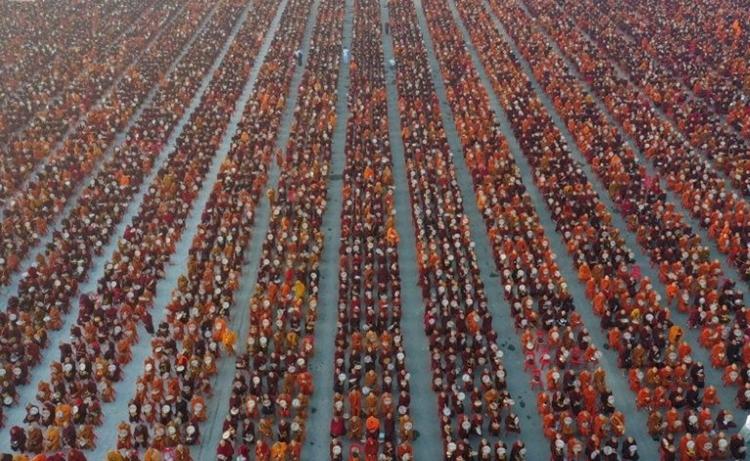30.000 nhà sư tập hợp trong buổi lễ ở Myanmar ngày 8/12. Ảnh: AFP.