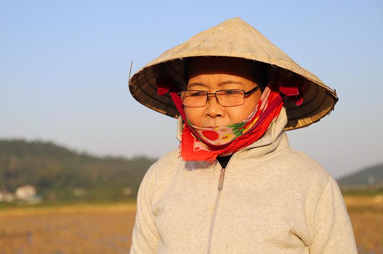 Bà Sơn Thị Huân cho biết năm nay sản lượng rươi ở xã Xuân Hồng giảm. Ảnh: Đức Hùng
