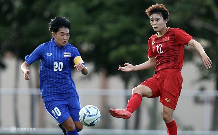 Việt Nam (áo đỏ) và Thái Lan là kỳ phùng địch thủ tại Đông Nam Á. Ảnh: Đức Đồng.