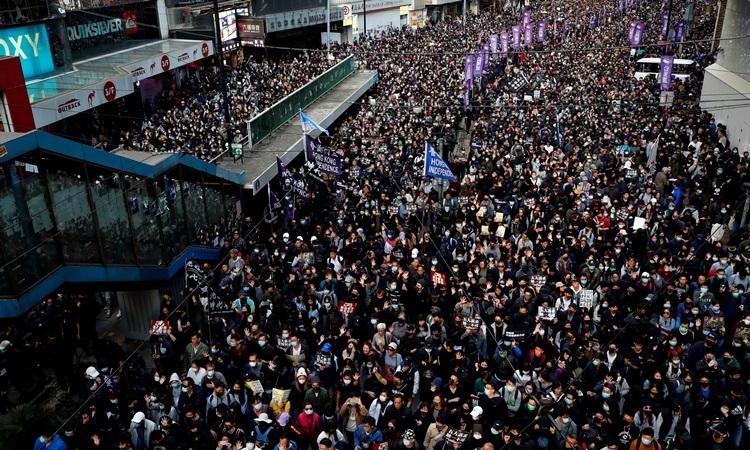 Hàng chục nghìn biểu tình người tuần hành trên đường phố Hong Kong hôm nay. Ảnh: Reuters.