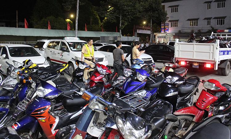 200 xe máy đi bão mừng bóng đá bị tạm giữ - ảnh 1