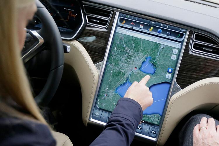 Tesla giới thiệu bảng điều khiển 17 inch trên mẫu sedan Model S. Ảnh: Carlos Osorio/ AP.