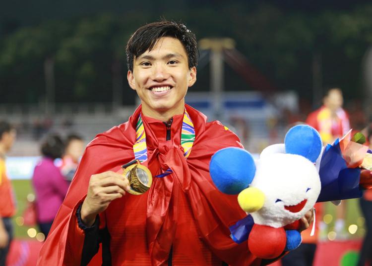 Đoàn Văn Hậu với tấm HC vàng SEA Games đầu tiên của Việt Nam. Ảnh: Lâm Thoả