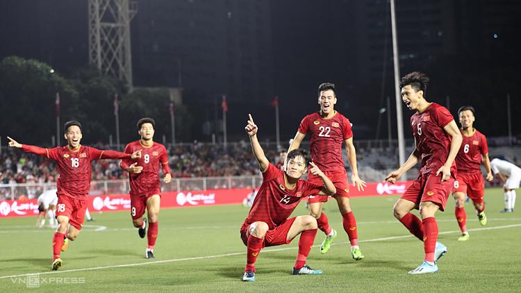 Hoàng Đức (số 14) và các đồng đội mừng bàn ấn định tỷ số 2-1 trước Indonesia ở vòng bảng SEA Games năm nay. Ảnh: Đức Đồng.