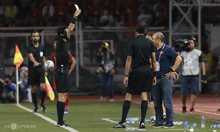 Trọng tài người Ả-rập Xê-út rút thẻ đỏ cho HLV Park. Ảnh: Lâm Thỏa.