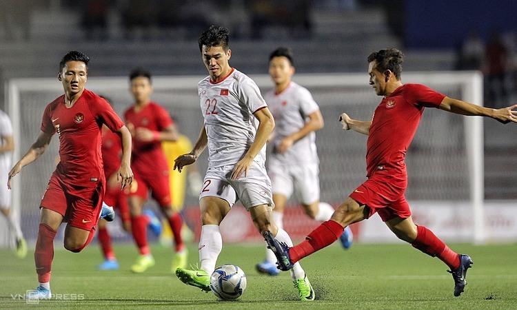 Tiến Linh và đồng đội bị lấn sân trong 15 phút đầu tiên. Ảnh: Giang Huy.