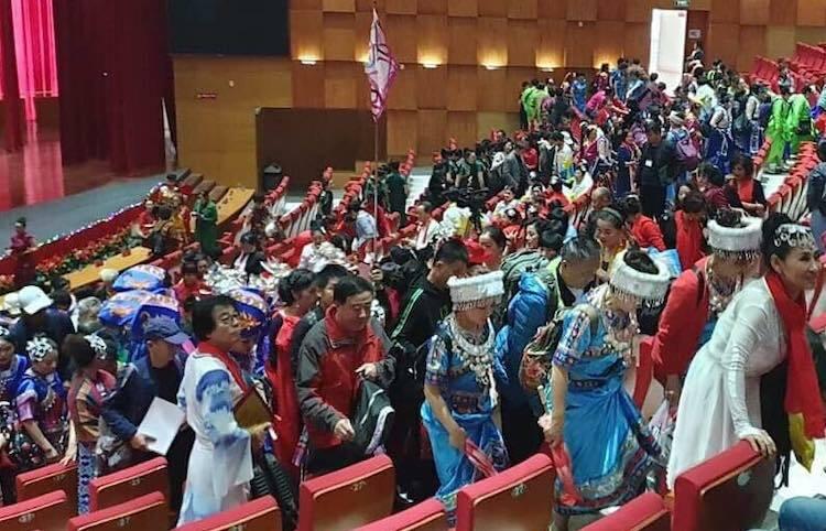 Hàng trăm người Trung Quốc trình diễn trang phục chui - ảnh 1