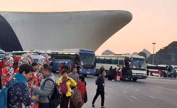 Hàng trăm người Trung Quốc trình diễn trang phục chui - ảnh 2