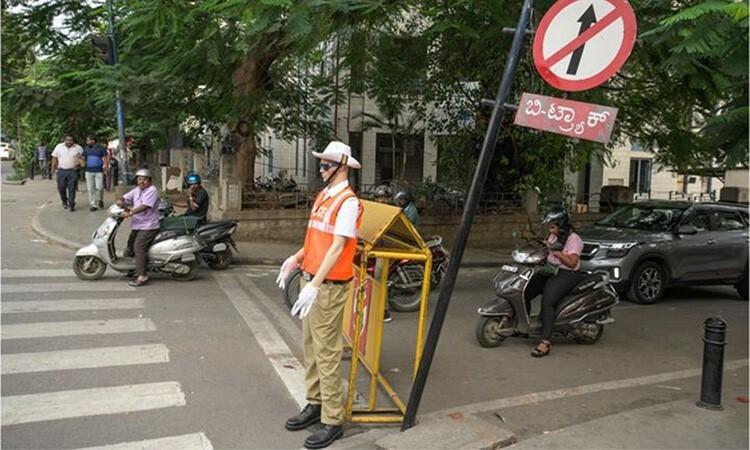 Cảnh sát ma nơ canh điều khiển giao thông - ảnh 1