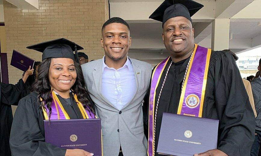 Vợ chồng cùng tốt nghiệp đại học ở tuổi 51